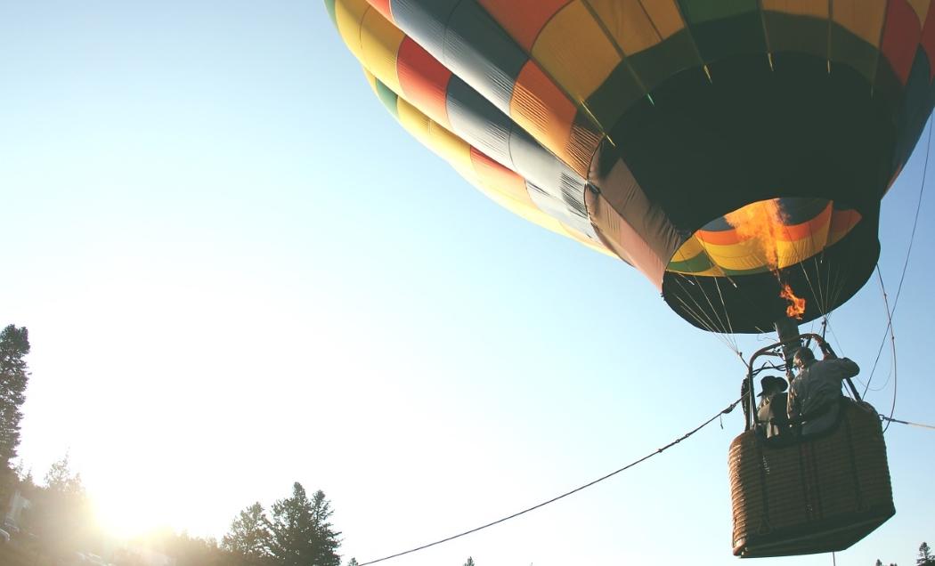気球が上昇する写真